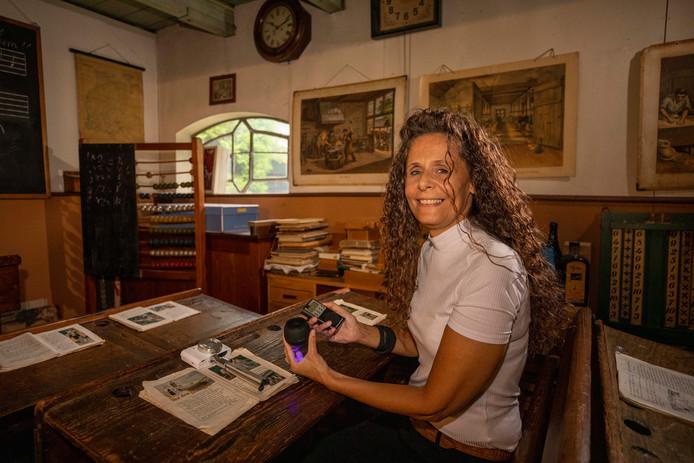Celesta van Dam zoekt 'energieën van overledenen', ditmaal in streekmuseum Jan Anderson.