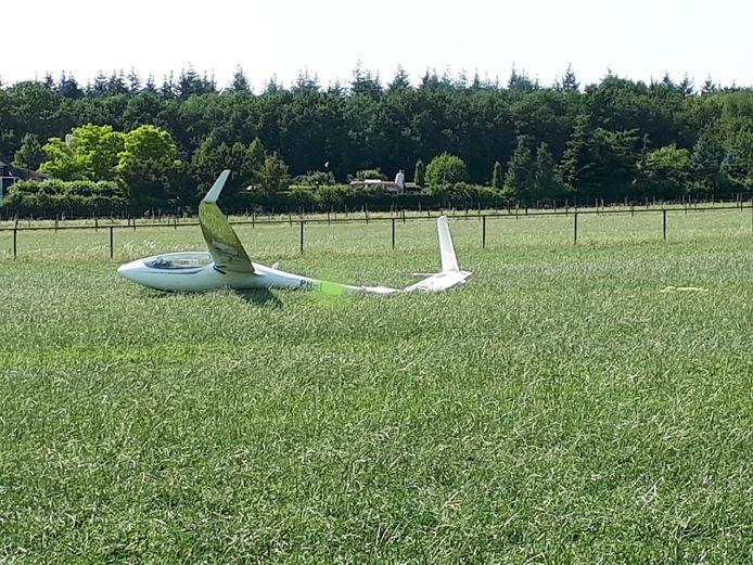 Het vliegtuigje is in het weiland geland.