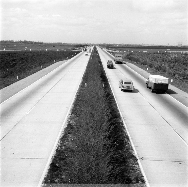In 1960 telde Nederland in totaal ruim een half miljoen auto's. Minder dan het aantal nieuw verkochte exemplaren in crisisjaar 2011. Beeld MAI