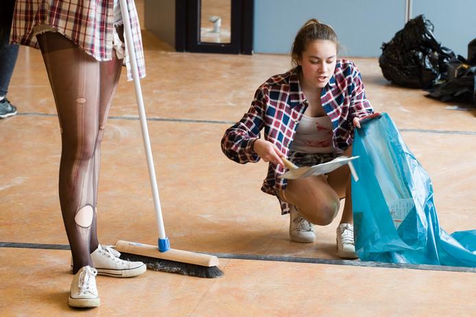 Leerlingen ruimen de rotzooi na de uit de hand gelopen stunt op