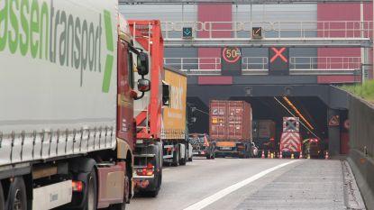 Tot twee uur aanschuiven rond Antwerpen na ongeval aan Kennedytunnel