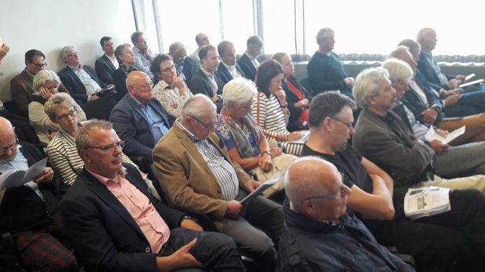 Bewoners van Overa bij Breda zijn massaal naar het provinciehuis in Den Bosch gereisd om te protesteren tegen de komst van drie windmolens in hun buurtschap.