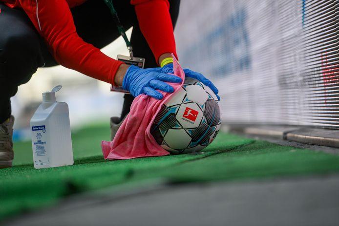 Un employé désinfecte un ballon lors du match Fortuna Düsseldorf - SC Paderborn, ce samedi 16 mai.