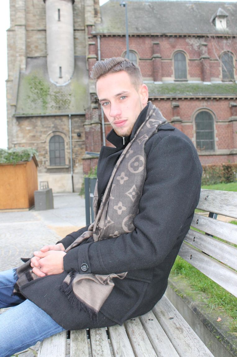 Beau in zijn thuisbasis Liedekerke (boven) en als model (r.).