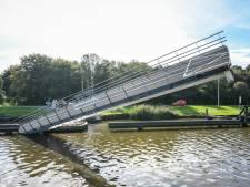 Zwols binnenvaartschip ramt brug in Groningen