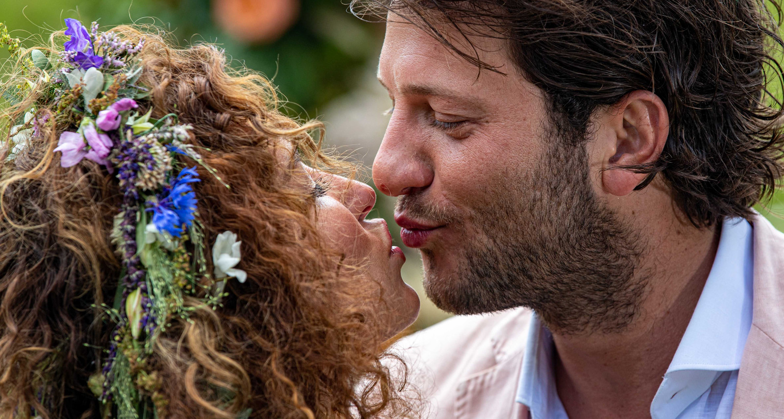 Katja Schuurman en Freek van Noortwijk poseren tijdens het vieren van hun huwelijk.