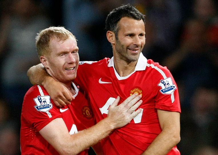 Paul Scholes (links) mer Ryan Giggs als speler van Manchester United.