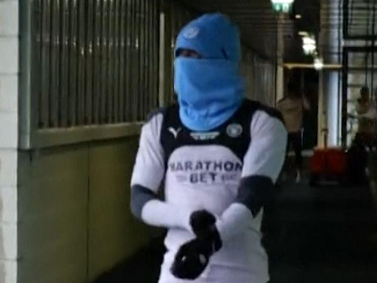 Deze speler van City wil duidelijk niet herkend worden, weet jij wie er achter de muts zit?