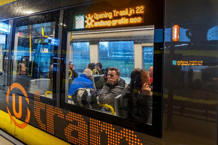 Veel belangstelling was er voor de eerste ritten van de nieuwe tramlijn.