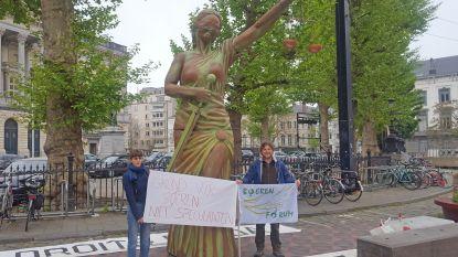 """Boeren stellen Vrouwe Justitia op aan Koophandelplein: """"Ze staat aan onze kant in strijd tegen havenbaron Fernand Huts"""""""