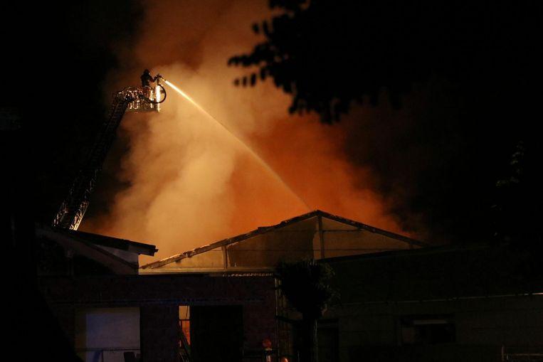 Het vuur werd zaterdagavond rond 23.30 uur vastgesteld. Op dat moment sloegen de vlammen al metershoog uit het dak.