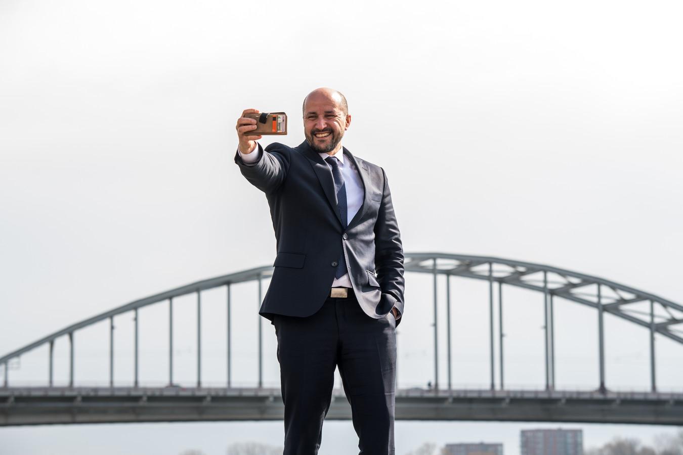 burgemeester Ahmed Marcouch van Arnhem voor de campagne 'ik sta voor'
