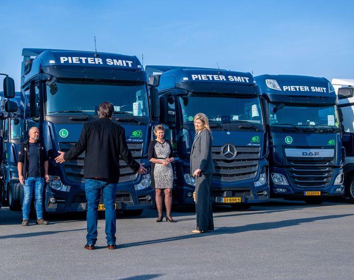 Koningin Máxima bezoekt transportbedrijf Pieter Smit dat zwaar is getroffen door de coronacrisis. Bijna alle vrachtwagens staan stil.