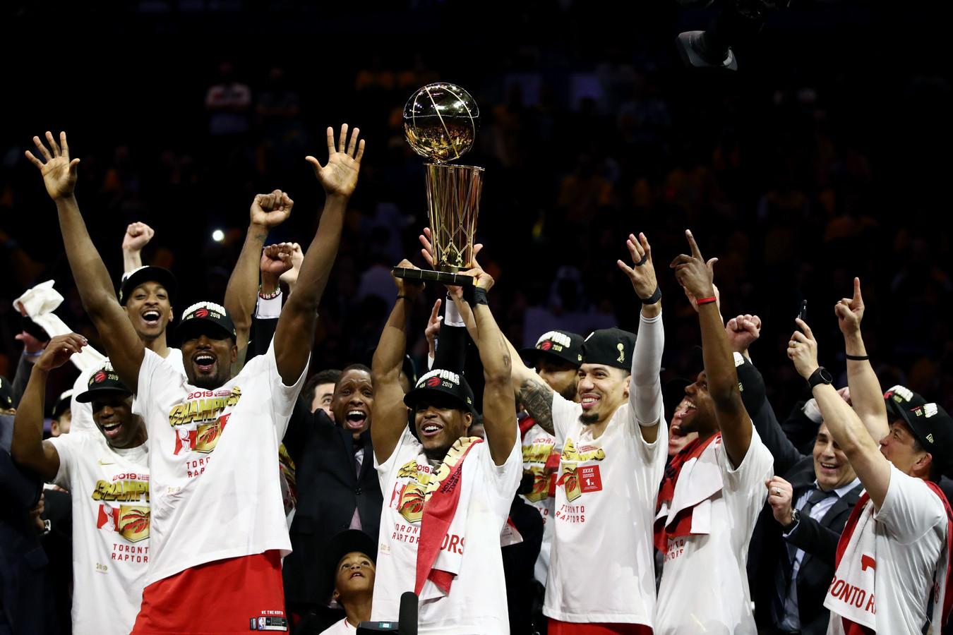 De spelers van de Toronto Raptors met de Larry O'Brien Trophy na de beslissende vierde zege in de NBA Finals.