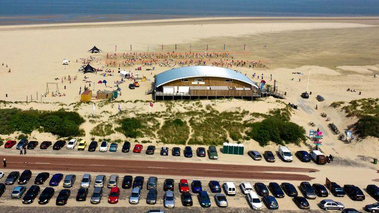 Een luchtopname van activiteiten op het strand bij de Brouwersdam in Zeeland. Beeld anp