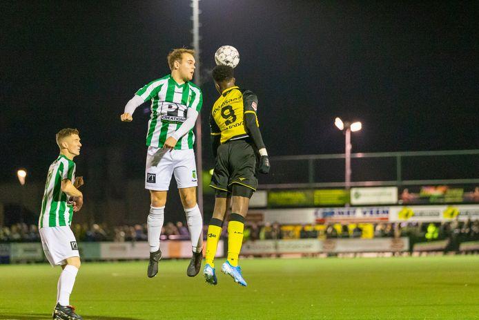 Beeld van het duel tussen Achilles Veen en Roda JC.