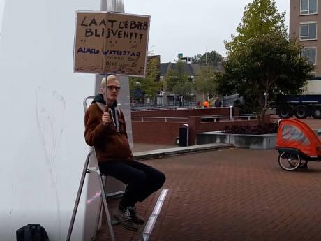 Quinten (19) demonstreert in zijn eentje om bieb Almelo in leven te houden: 'Als het moet, zit ik hier de hele week'