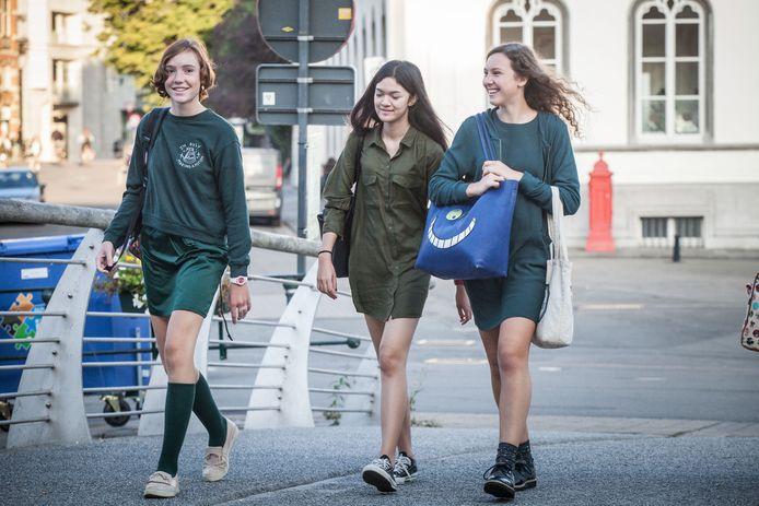 Op Sint-Bavo mag het iets losser: korte rok, kleedje, hemdkleed. Toch vragen de leerlingen zelf een strikter uniform.