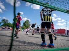 Voetballen bij stadion GelreDome tijdens Jeugdland Voetbalmasters