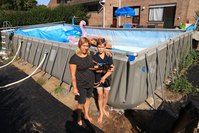 Kris Truyts en haar zoon Matthew staan aangeslagen bij het leeggestroomde zwembad