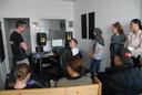 Nick Schönhage, jongerenwerker van PowerUp073(l) communiceert met rapper Keje(r) in de geïmproviseerde studio van jongerencentrum Zuid-Oost aan de Gestelseweg. Tegen de muur staan drie VWO-leerlingen van het Jeroen Bosch College die bij de organisatie van het muziekkamp betrokken zijn: Ibtihal Taibi, Anne Timmermans en Eshley Inecia. Sahra Cil ontbreekt op de foto.