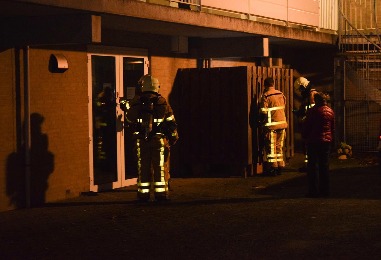Brandweer doet onderzoek aan de achterzijde van het pand aan de Amphionstraat.