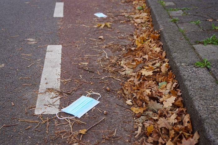 Medewerkers van afvalverwerker Avri vinden in Rivierenland steeds vaker mondkapjes die achteloos op straat zijn gegooid of daar per ongeluk zijn beland.