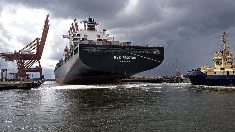 Grote containerschepen kunnen volgens havenwethouder Freek Ossel vanwege de huidige sluis niet in Amsterdam terecht. Beeld ANP