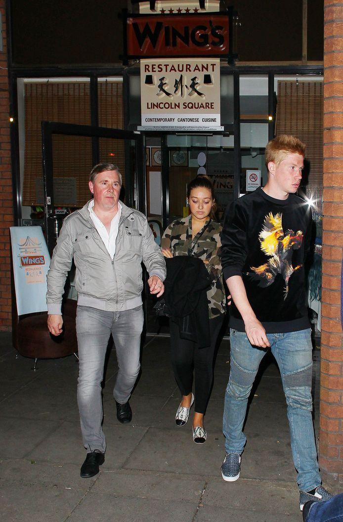 De Bruyne met vriendin Michèle en zijn vader gisteravond in Manchester.