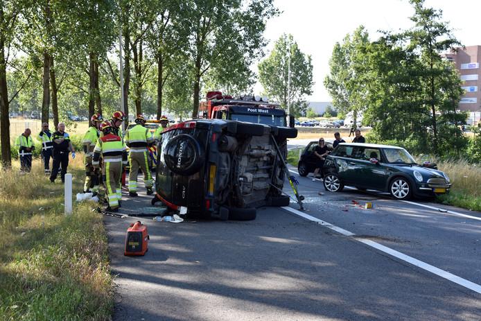 Op de oprit van de A73 in Nijmegen kantelde een auto na een botsing.