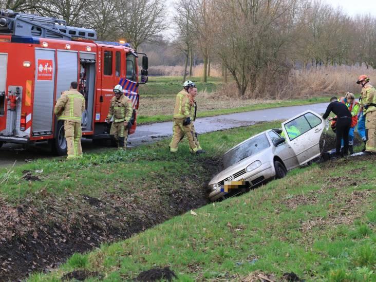 Persoon bekneld in auto nadat voertuig in sloot rijdt in Helmond