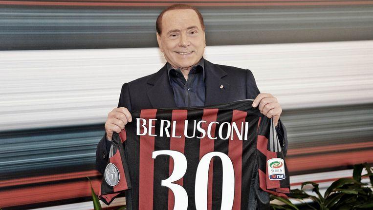 Berlusconi met een Milan-shirt. Beeld photo_news