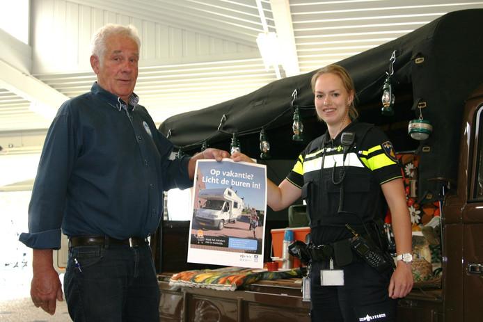 Martine Frons van de politie overhandigd de eerste poster aan Jan Krul.