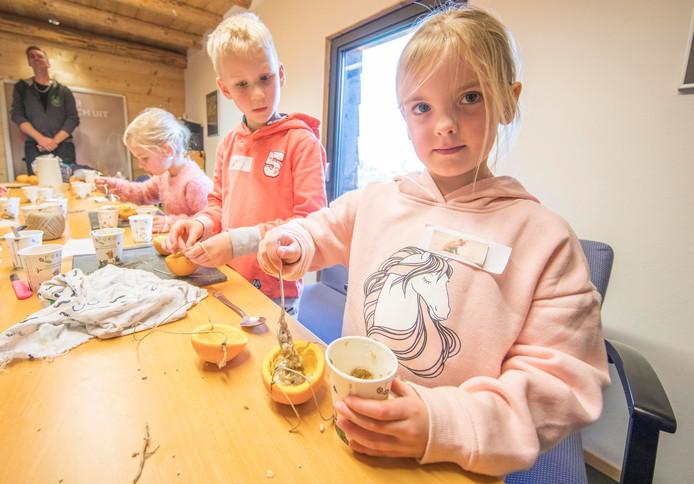 Kyana van Leeuwen vult de halve sinasappels met vogelvoer.