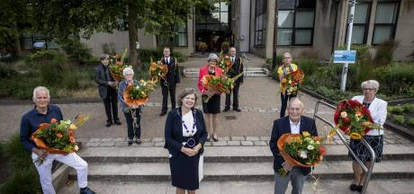 Deze 19 inwoners van Tubbergen en Twenterand kregen vrijdag alsnog hun lintje