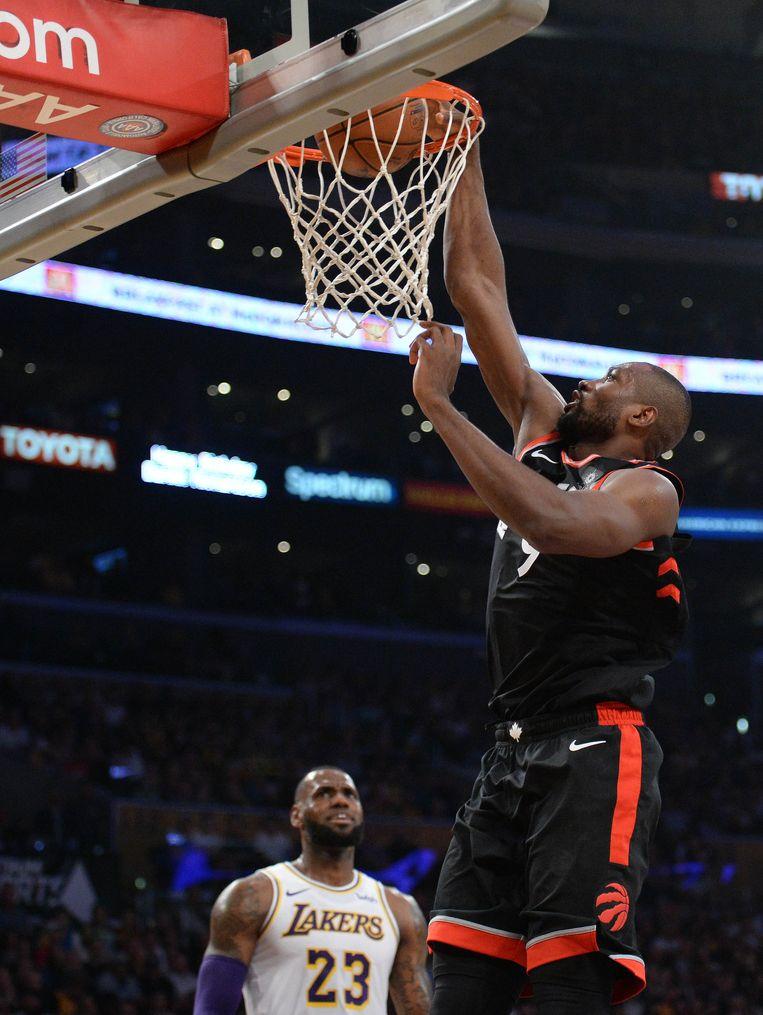 Ibaka met de dunk.