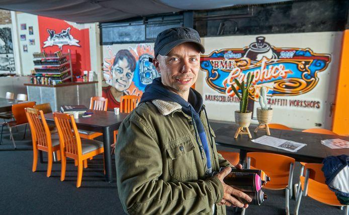Bart de Ruijter in zijn graffiti-winkel te Oss.