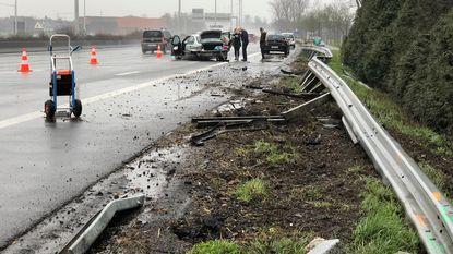 BMW ramt vangrail langs oprit E40