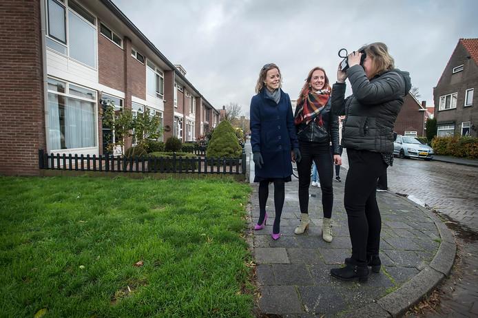 In de Lariksstraat bekijkt buurtbewoonster Wendy de Greef door een VR-bril hoe de straat gaat veranderen. Wethouder Greetje Bos (links) en projectleider Ilona Goos kijken mee.