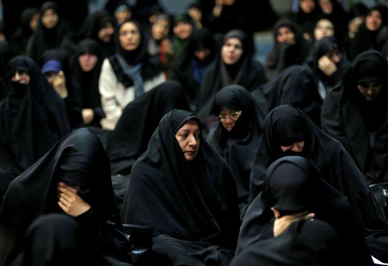 Aanhangers van de regering rouwen om de slachtoffers tijdens een herdenkingsbijeenkomst op de Universiteit van Teheran.  Beeld AFP