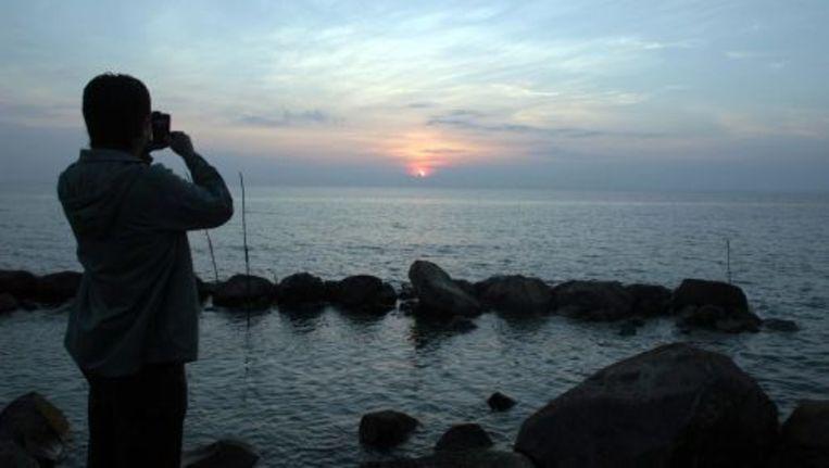 Mensen kijken naar het zeeniveau bij de kust van Indonesie. Een aardbeving met een kracht van 7,4 op de schaal van richter heeft Indonesie getroffen. Er wordt gewaarschuwd voor een tsunami. ANP Beeld