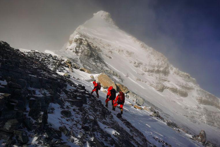 Het Chinese team dat de Mount Everest beklimt is het eerste en misschien wel laatste team dat dit jaar de berg op gaat. Commerciële expedities zijn opgeschort in verband met corona.