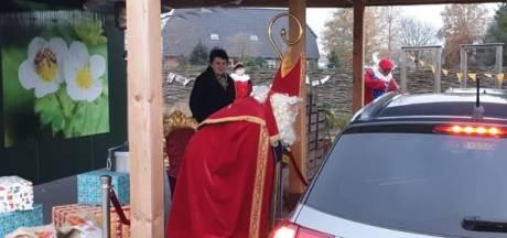 Aardbeien-drive in in Uden is even Sinterklaas-drive in voor Bernhoven-kids