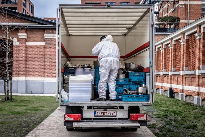 De potten en pannen van de sterrenzaak vullen een hele verhuiswagen.