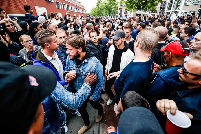 Ajax-middenvelder Lasse Schone komt aan bij het huis van Abdelhak Nouri.