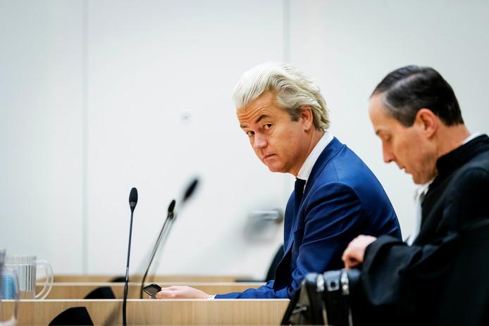 Geert Wilders (links) en zijn advocaat Geert-Jan Knoops in januari van dit jaar in de rechtszaal.