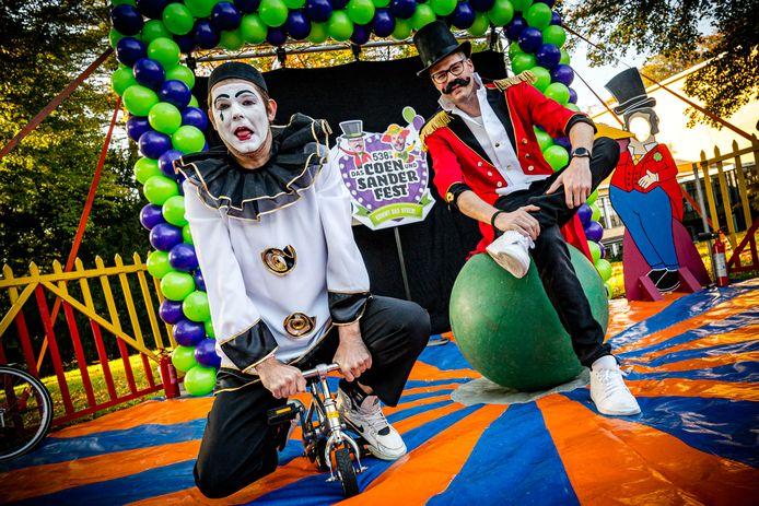 Sander Lantinga verkleed als pierrot, Coen Swijnenberg als circusdirecteur. Maar hij is de grote afwezige, Swijnenberg zit thuis met een burn-out. Het thema van de tiende editie van Das Coen und Sander Fest is circus.