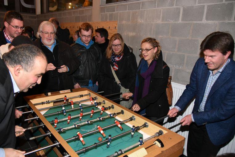 Schepen Nathalie De Swaef, minister Sven Gatz, en een afgevaardigde van de zieke Pascal Smet testten samen de kickertafel uit.