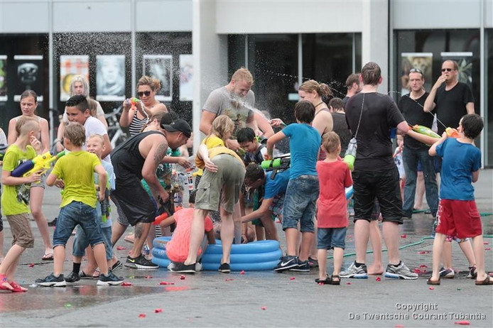 Waterpret op de Hengelose markt: zondag is de tweede aflevering van het grootste watergevecht van Twente.