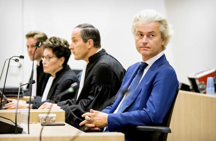 Geert Wilders samen met zijn advocaat Geert-Jan Knoops